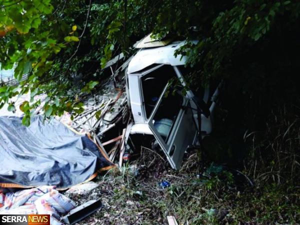 Acidente com caminhão deixa um morto e um ferido em Miguel Pereira, RJ