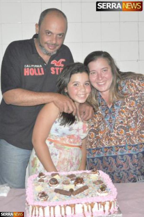 MARIA CLARA ÁVILA COMEMORA ANIVERSÁRIO CERCADA DE AMIGOS