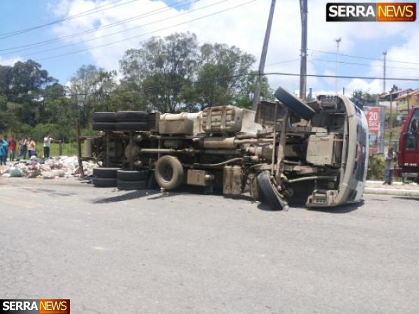 """Caminhão de lixo """"tomba"""" na entrada de Gov. Portela"""