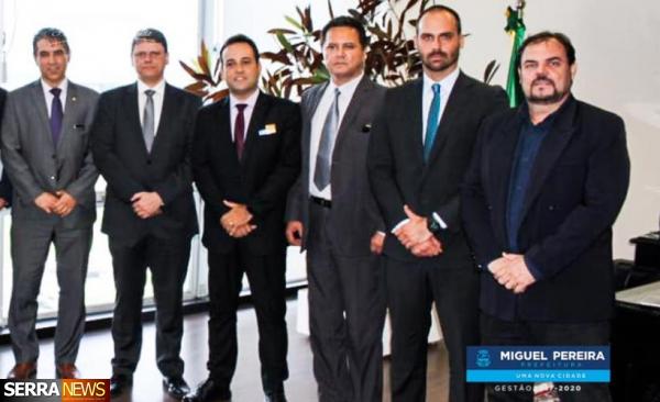 PREFEITO ANDRÉ PORTUGUÊS SE REÚNE COM MINISTRO TARCÍSIO GOMES E O DEPUTADO FEDERAL EDUARDO BOLSONARO