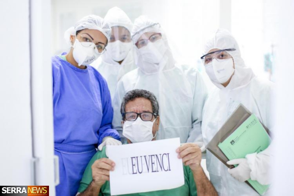 Prefeitura de Miguel Pereira celebra alta de pacientes recuperados de coronavírus no CTI.