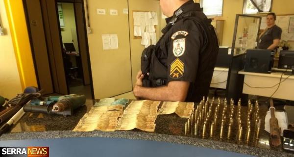 JOVEM QUE FABRICAVA RÉPLICAS DE ARMAS PARA FACÇÃO CRIMINOSA É PRESO EM VALENÇA